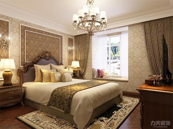 主卧室以美式风格为主整体是通铺美式暗花壁纸,给人一种安静祥和的感觉,让人心旷神怡。