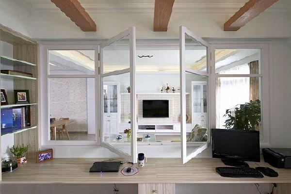 客厅与书房相连,木质横梁的设计,让空间多了点乡村风情的味道,惬意的很。