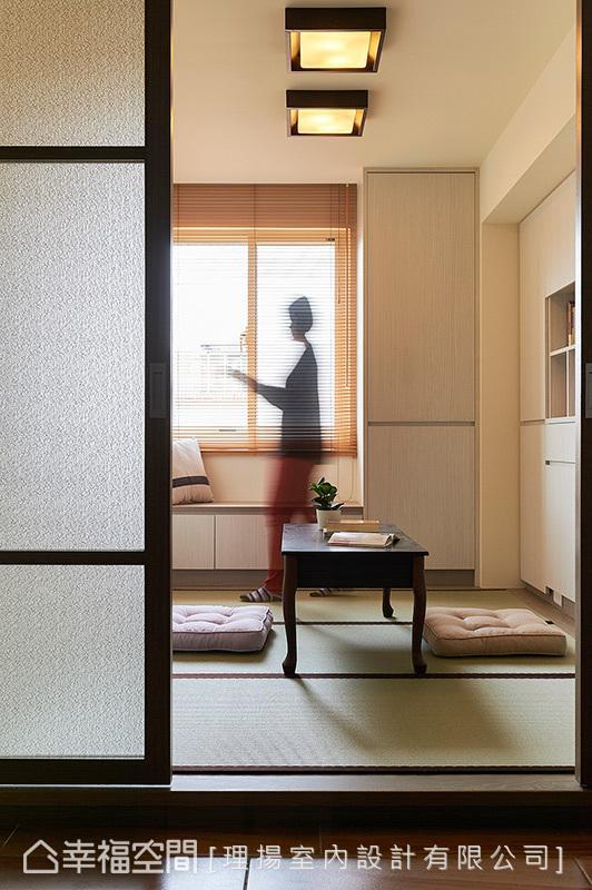 兼具客房机能的和室微架高地坪镶嵌入榻榻米,沿着窗框与墙面皆安排收纳柜体,可放置客人留宿需求的棉被、衣物。