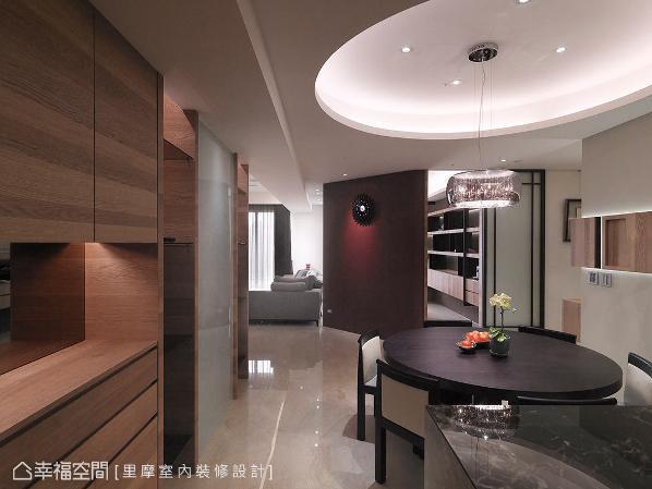 设计师谢雅蓉将屋主的生活型态纳入空间之中,设置充足且机能的柜体,更符合人性所需。