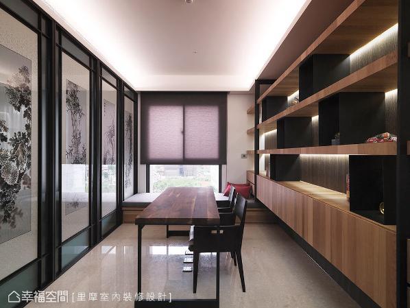 书柜体设计融入了机能与美感,以线条明快的层板搭配铁件盒子造型的书挡。