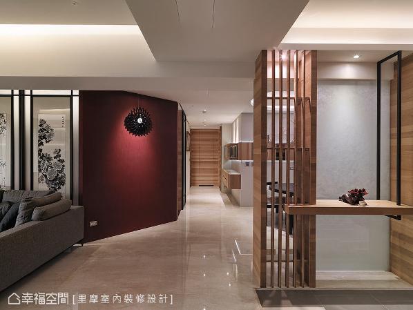 里摩设计以木隔栅及夹砂玻璃作为端景造型,转进内部之后,一道中国红的墙面触动宾客的视觉神经,也揭示东方语汇在此蔓延。