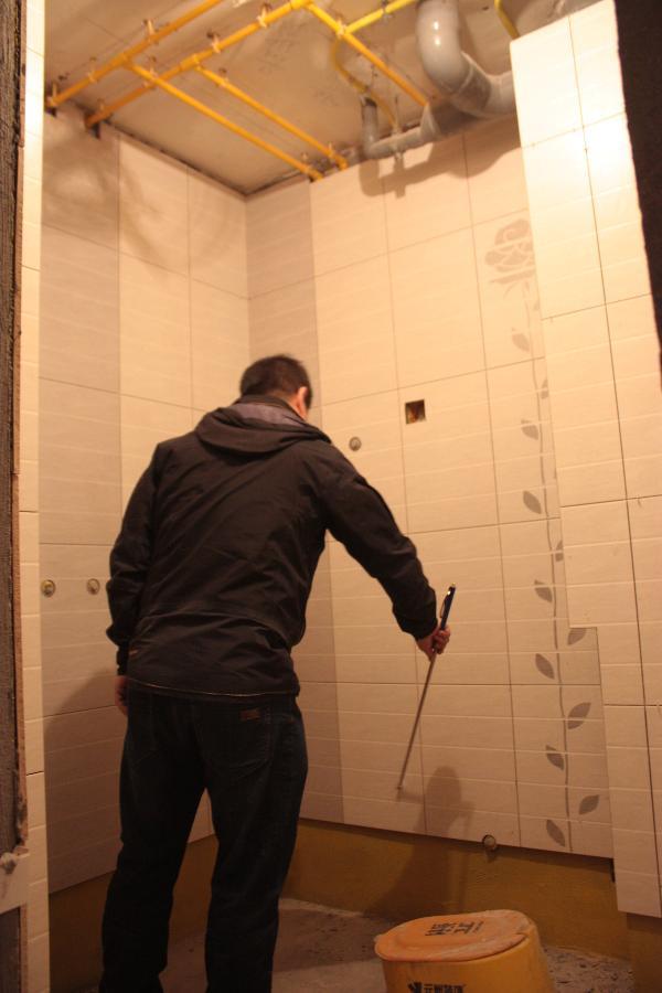 检查墙砖是否空鼓!