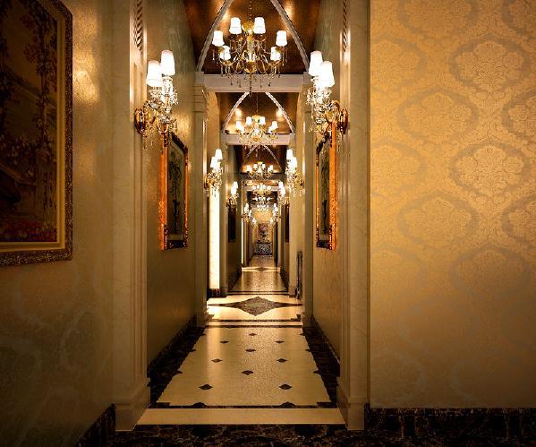 欧式风格的环境很容易让人沉浸在一种对历史的感怀中。带着华丽帷幔的卧床、雕着精美花纹的壁炉、雪白富丽的柱式……欧式风格的优雅尽在其中。