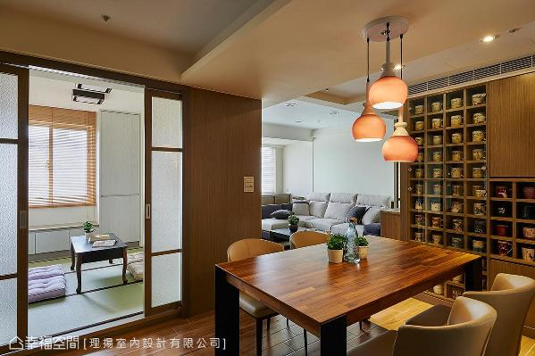 原封闭式卧房改以夹纱玻璃拉门引入采光,与来自客厅的通透日光共同明亮位于屋中的餐厅。