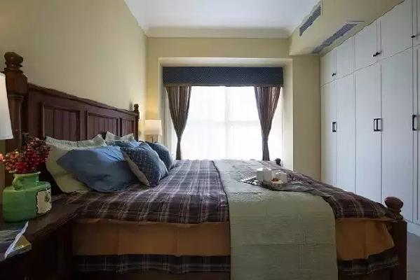 如果次卧只有一个衣柜,未免显得空旷。如果加上一个榻榻米的话就好办了,既  可以收纳,又可以休息。