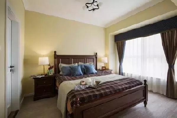 忙碌了一天,宽大的木床是最幸福的慰藉。