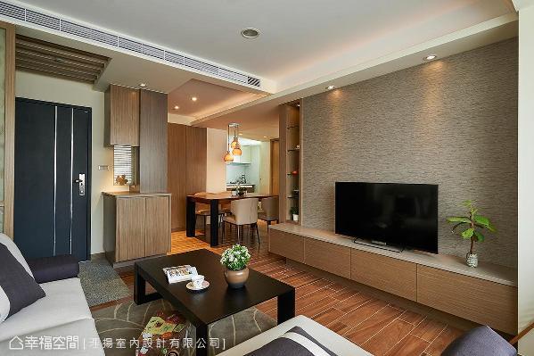 格局大幅度调整后,视野可穿透餐厅直抵后方开放式厨房,更添空间的延伸放大。