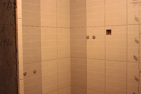 刚刚贴完的墙砖