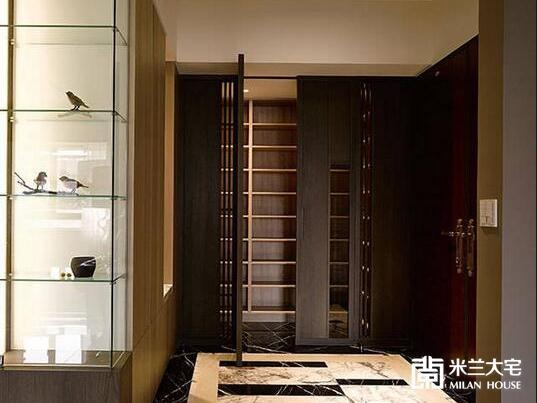 黑色石材框饰的拼花地坪处,结合高质感鞋柜配置,营造五星级饭店般的迎宾氛围。
