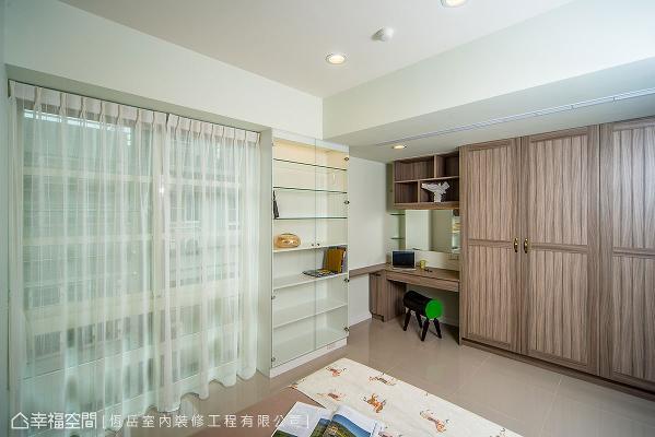 设计师蔡岳儒在客房床尾,设置整面式的衣柜,提供女屋主更多置物的空间。
