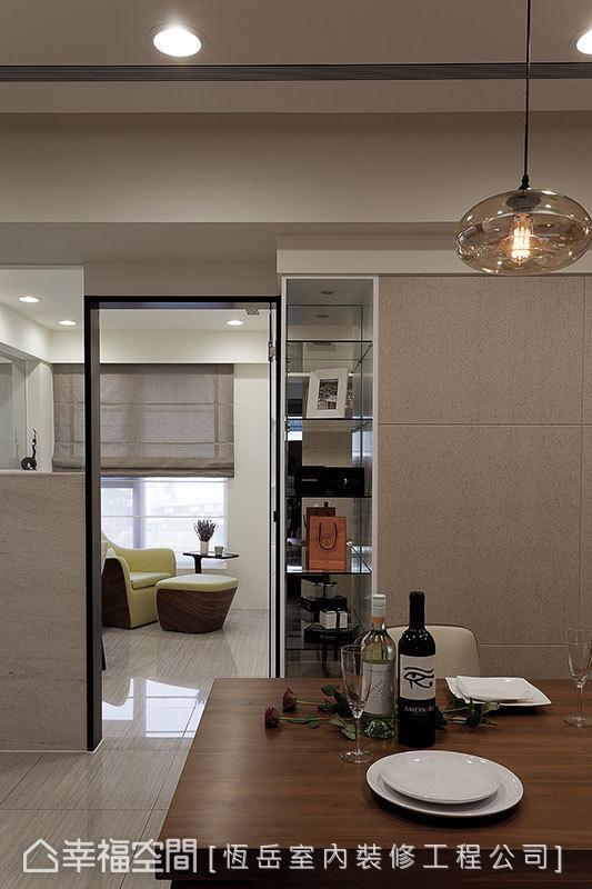在书房与餐厅的转折处,规划一道由玻璃层板构置的展示柜,将屋主的个人收藏与品味淋漓展现。