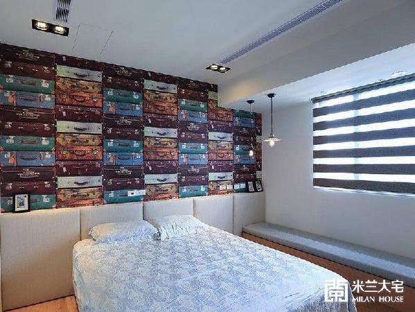 以堆砌的行李箱壁纸表现屋主夫妻爱旅游的漂泊性格,同时回应工业风格的氛围设定。