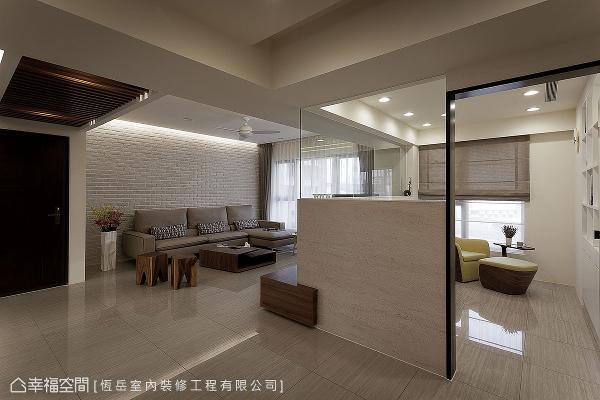 为营造1+1>2的视觉坪效,书房采用玻璃隔间的方式,将客厅与廊道相互串连。