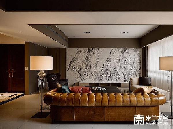 微透深紫色调的花纹石材,在电视墙处织构出一幅艺术画作,呈现新古典的优雅风范。