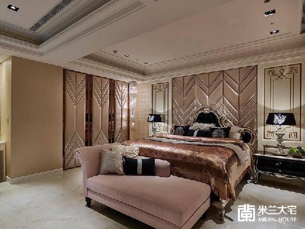 以双色绷布拼接而成的床头主墙,延续了电视墙的倒V造型语汇,成为主卧空间的视觉焦点。