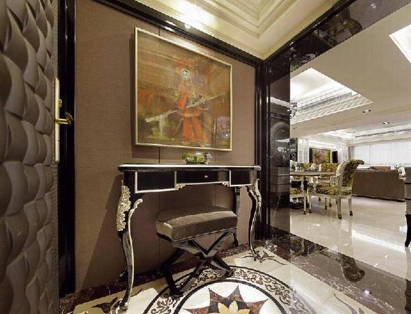 东方画作悬在西方古典线条端景桌上方,在黑色烤漆框筑的线条中,东西方元素撞击出一幅异文化交融画作。