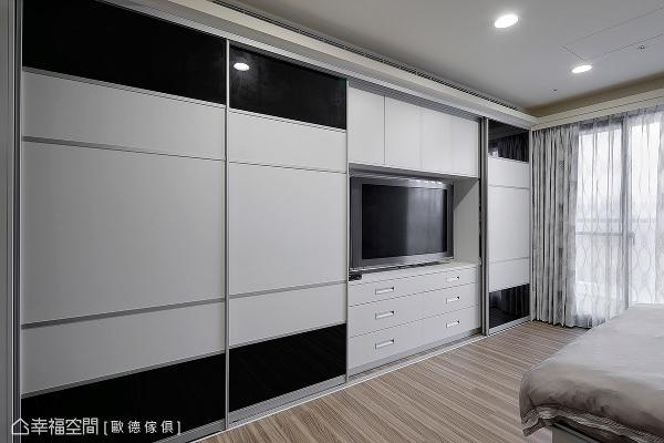 收纳柜的整体设计也将电视机能纳入考虑,满足屋主对生活的多样需求。