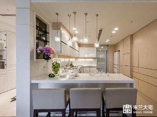 设计开放式吧台,做為简单用餐的机能配备;后方的玻璃拉门,将热炒与轻食区划分,避免料理时的油烟散逸。