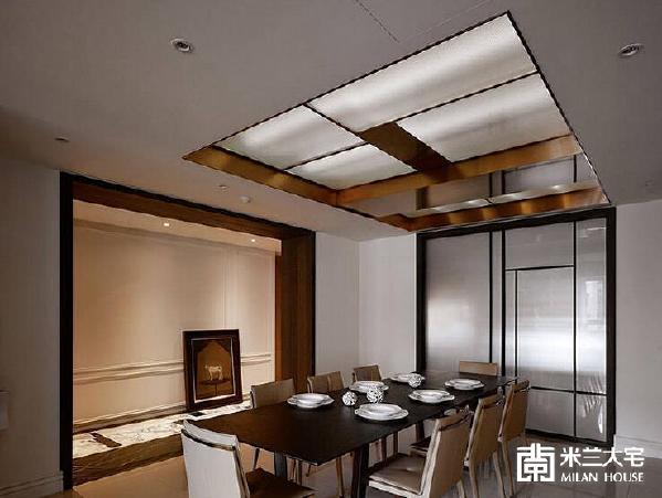 拼花石材地坪与古典线板立面,不仅是进入私领域的廊道,更是餐厅的美丽框景。