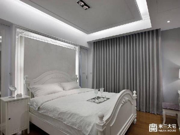 主卧简洁吊顶配饰配饰床品让空间有欧式新古典的感觉,床头背景墙装饰注入了灯饰让空间感觉起来更加温馨。