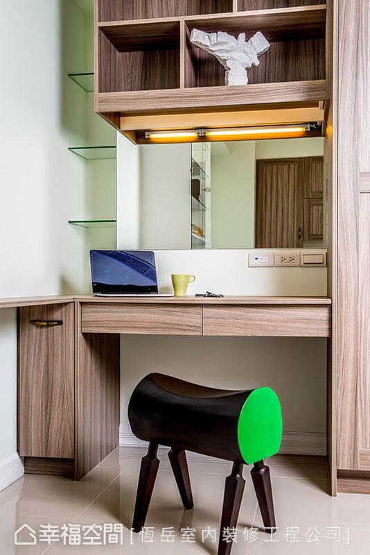 与衣柜结合的化装桌,整合了一贯的设计元素,充满设计感的座椅,更增添了空间的活泼因子。