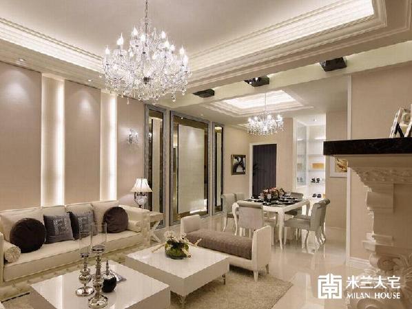 进门的视野完整不受隔阂,天际两盏透亮的水晶主灯,成为一进门时的华丽开场,并运用立面、天花板的设计手法,意象式表现餐厅、客厅的分界。