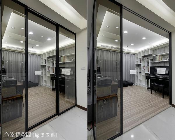 书房利用玻璃隔间取代实墙,让整个空间的视野更穿透,光源的分布也能更均匀。