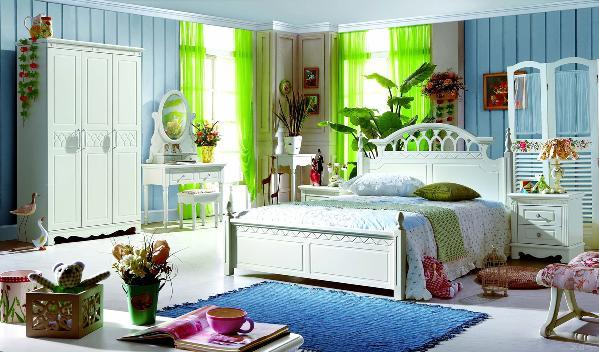 卧室是晚上休息的地方,使用时间最长,所以在卧室内一定要用一些点缀的绿色植物来营造温馨的气氛。