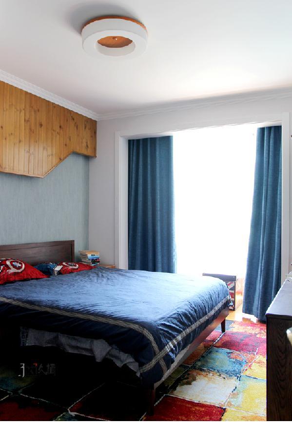 床头自然的桑拿板装饰更加鲜明了质感,达到了一种时尚,自然均衡在一起的效果。