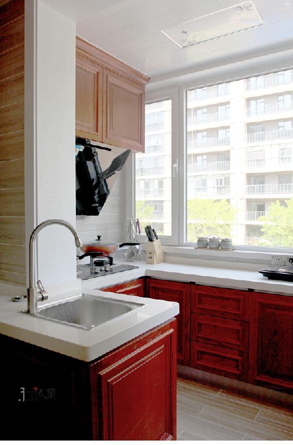 原本小小的厨房,未能满足主人的使用。经过设计师的一番改造,灵活的M型布置规划可收纳更多的厨房电器。深红色柜体搭配白亮系台面,体现了一种古典装修样式的情怀。