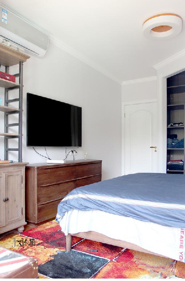 床头自然的桑拿板装饰更加鲜明了质感,达到了一种时尚,自然均衡在一起的效果。卧室增加出来的衣帽间设计提供了绝对不小的储物空间