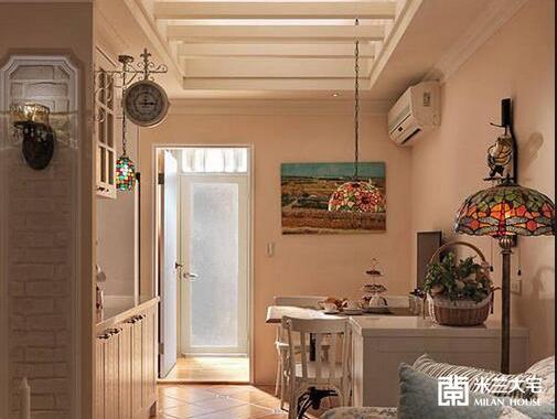 倚墙而立的餐桌上方悬吊色彩瑰丽的第凡内灯,并结合天花木作格栅,塑造温馨的用餐时光。