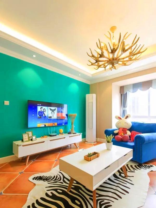客厅仿古砖铺地,电视背景用孔雀绿乳胶漆。