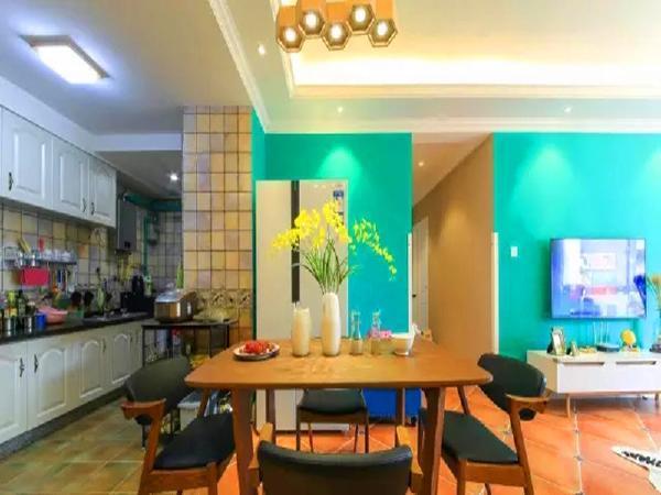 厨房和餐厅之间采用不同的瓷砖自然分界,白色模压橱柜和任何风格都容易相配。