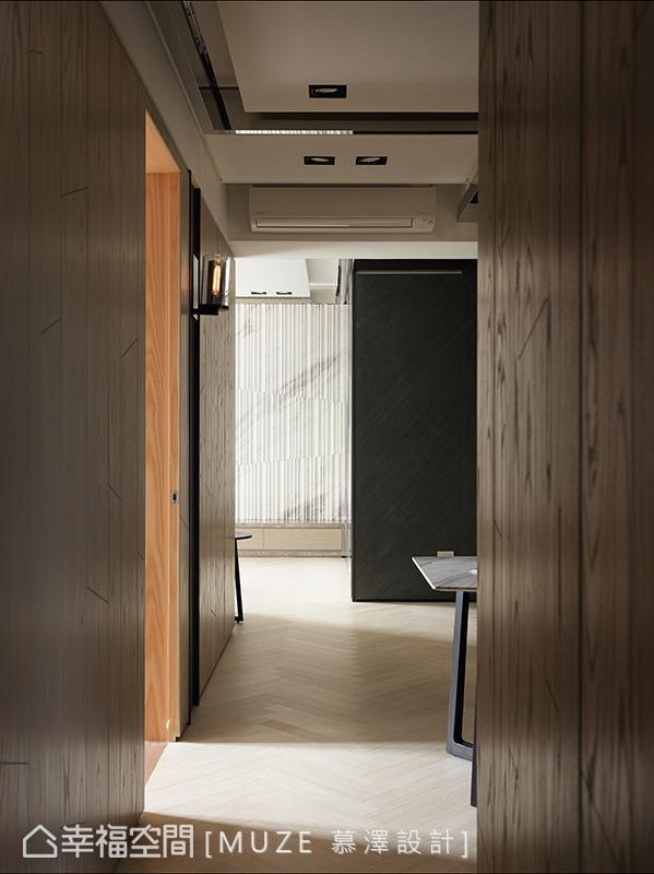 门扉开启引入来自客厅与卧房的采光,与线条鲜明的地坪交错虚实共存的视觉层次。