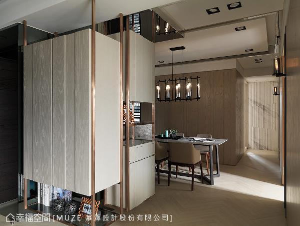 木作搭配铁件镀漆采悬浮柜体的设计手法,拉阔入门视野尺度也创造空间趣味。