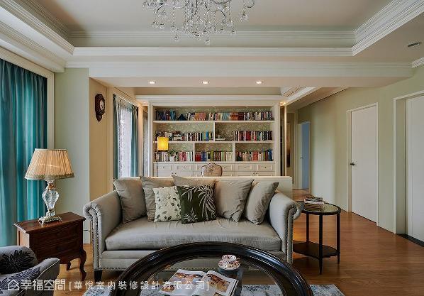 整面书柜采对称式设计创造和谐美感,并以花纹壁纸饰底,带出甜美乡村情调。