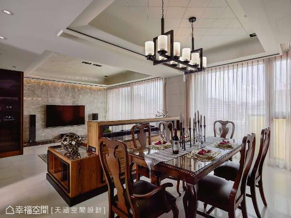 在空间中,可以窥见杨书林设计师的细腻巧思,如为屋主规划的机柜与音响系统配置,均以高规格挹注尊贵品味。