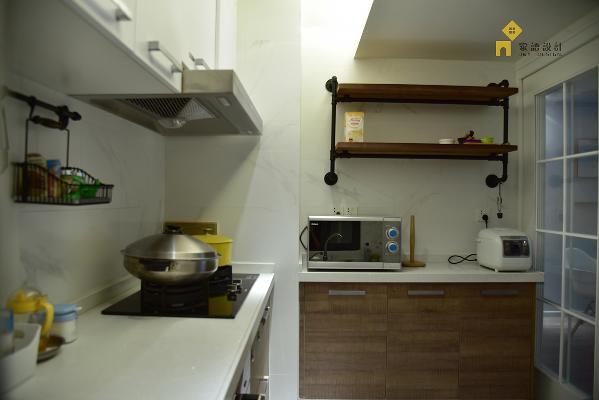 厨房柜门用了上下分色,上吊柜的白色和墙体互相呼应结合,下面采用很有质感的木色,空间看起来比较大的前提上,保证了厨房应该有的质感,带点工业风的层板架也是生活和创意的完美结合体。