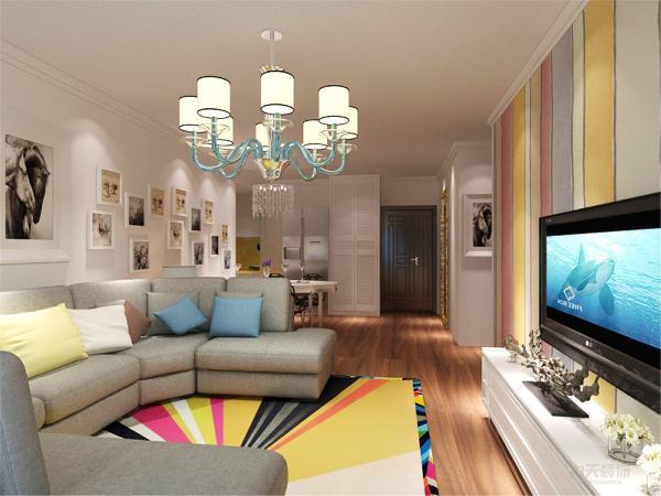 在电视背景墙的装饰上,我们采用了很黄的壁纸和木柜装饰背景墙,表现了一种清新气息感,沙发采用布艺的图案造型,加上很黄的地毯让整个空间出现了亮点。