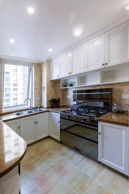 厨房是淡淡的田园风,富有生活气息,灶台、烤箱一应俱全,让人可以随时发挥  厨艺。