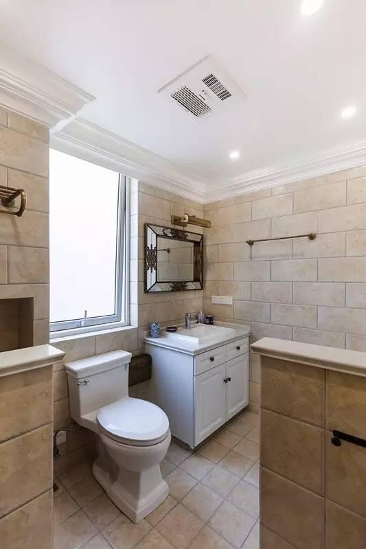 卫生间的色调温馨、舒适,大地色果然最适合美式。复古的镜子无疑是最抢眼的  存在,不需要其它装饰,也能凸显主人的品味。