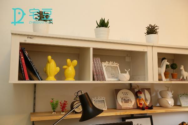 将绿植放在置物柜的上方,里面放置了相框、玩偶、还有白茶自己的代表作品 ,能够在繁重的工作中缓解紧张心情。