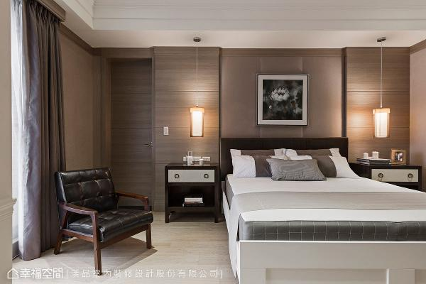 采绷布设计的床头背墙,透过沟缝手法和壁纸铺贴,围塑出舒适沉静的氛围。