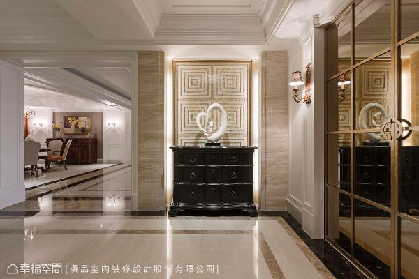 利用贝壳板呈现出马赛克图纹,两旁柱体以大理石妆点,衣帽间设置茶镜拉门,形成大器宏伟的迎宾气势。