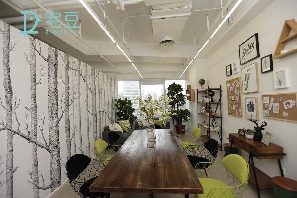 改造后墙壁换上了墙纸,桌子换成了有着田园气息的实木长桌,搭配主打点缀色系的绿色铁艺座椅来清新视觉,跃动而大方。