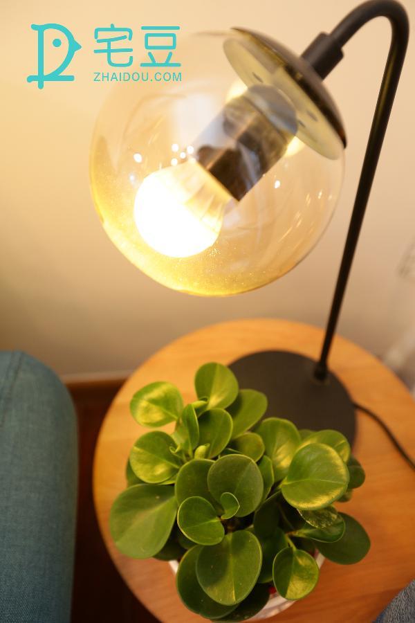 美式泡泡圆球灯,温和的灯光,独特的造型,为书房的角落增添一点创意,在每个与书有关的夜晚,地面刻着温馨的倒影。