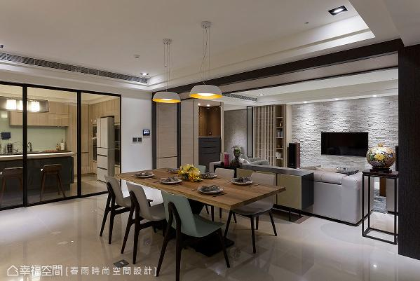 开放穿透的规划手法,让餐厅拥有宽敞的空间感,满足屋主举办读书会、客人来访的需求。