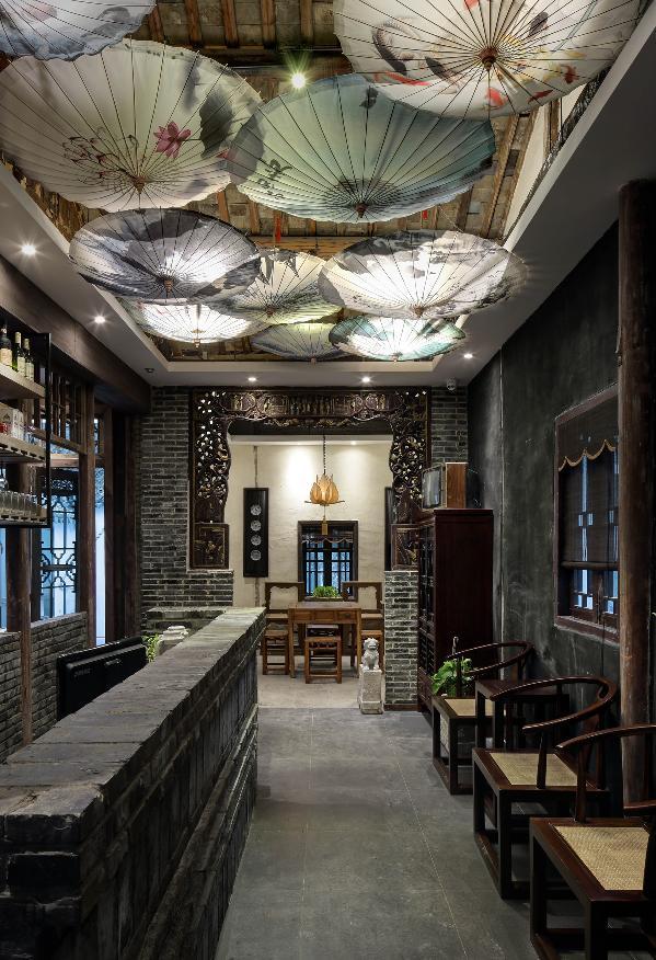 吧台,全部用小青砖堆砌而成,表面刷以清漆,搭配背后的定制酒架,这种感觉让委身浮尘的人们在进入这个空间的瞬间,内心平静了;